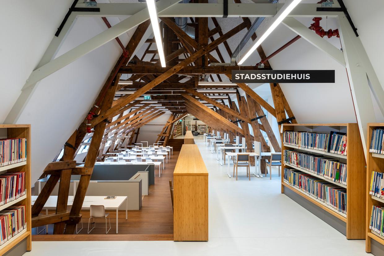 In de stadsstudiezaal op de zolderverdieping zijn grote raamopeningen in de kap gemaakt waardoor je het Utrechtse daklandschap met de Dom ziet. Beeld null