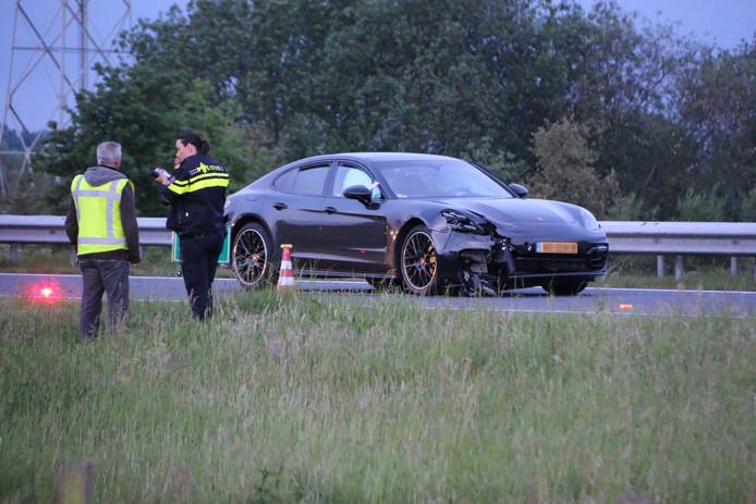 Een auto is in de sloot beland naast de A73 bij Beers, na een aanrijding met deze wagen.