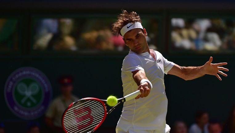 Roger Federer retourneert een bal van Damir Dzumhur tijdens het toernooi van Wimbledon. Beeld anp