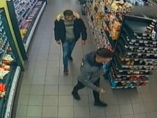 Twee jonge mannen stelen ongemerkt 7000 euro uit twee supermarkten