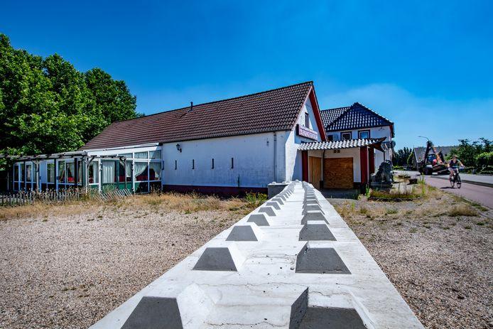 Het terrein van het voormalig wokrestaurant in  Ewijk is afgezet met blokken en hekken