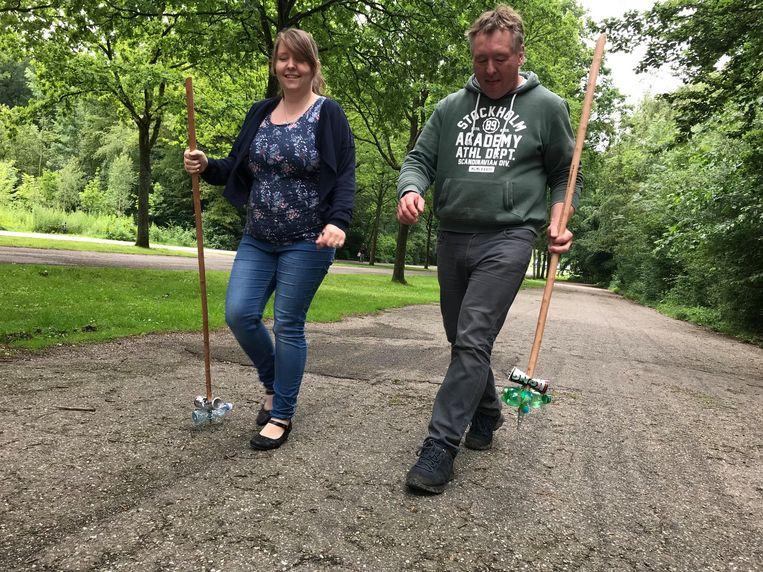 Genodigde wandelaars mochten de stokken donderdagmiddag uitproberen. Beeld Amsterdamse Bos