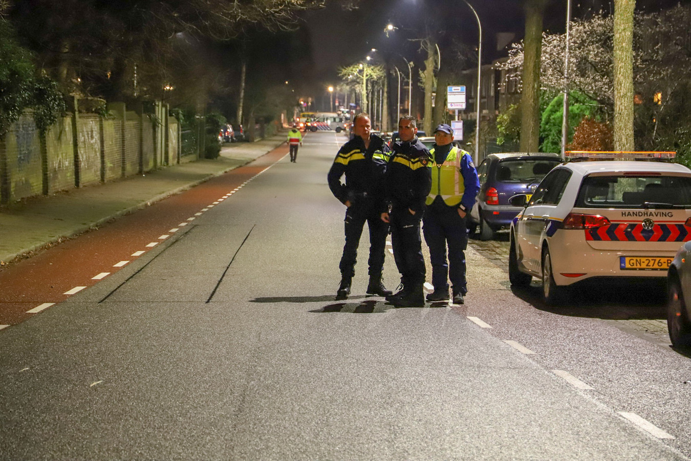 De politie heeft de Dobbelmannweg in Nijmegen afgesloten omdat er sprake zou zijn van een dreigende situatie bij de Servisch-orthodoxe kerk daar.