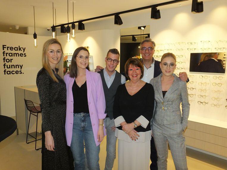 Lieven en Christa met hun team in de nieuwe zaak Frames and Faces in de Gentstraat.