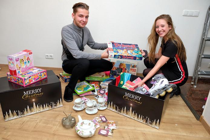 Juun Hazejager en Fleur Snoeij stellen kerstpakketten samen voor minderbedeelden