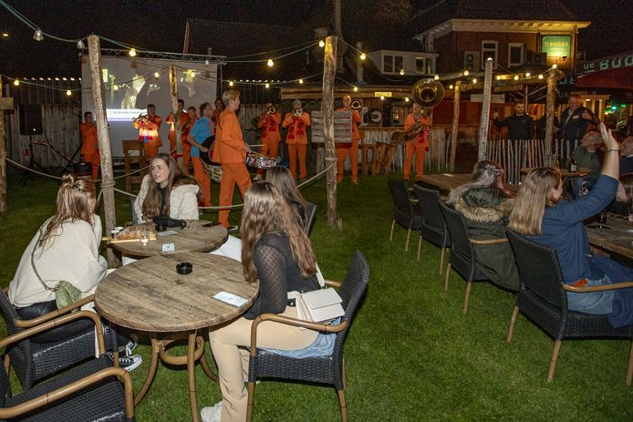 Een van de prijzen van de alternatieve pubquiz was een optreden van de Klepperbloazers bij De Budde.