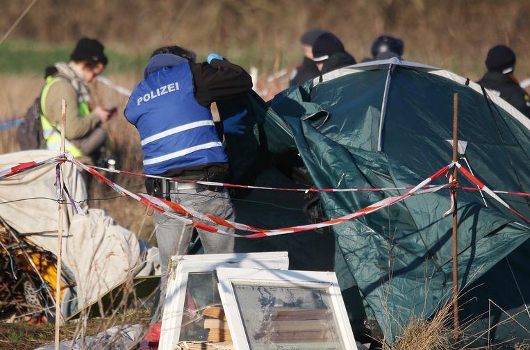 De politie ging op zoek naar brandbommen, betonscharen en andere spullen.
