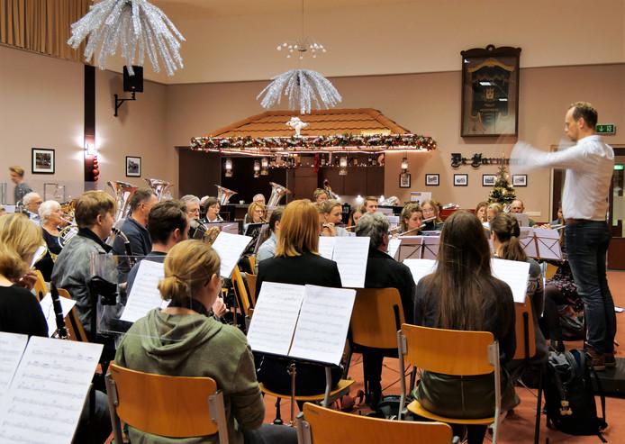 Fidelio oefent voor de jubileumconcerten. Het harmonieorkest telt nu 150 leden.