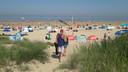 Druk op het strand bij Cadzand-Bad, maar nog genoeg plek zondagmiddag vroeg.