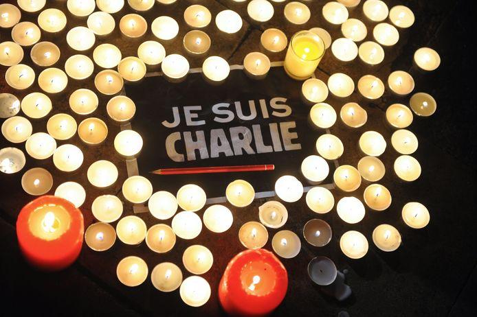 Kaarsen in Parijs ter nagedachtenis aan de twaalf slachtoffers op de redactie van Charlie Hebdo.