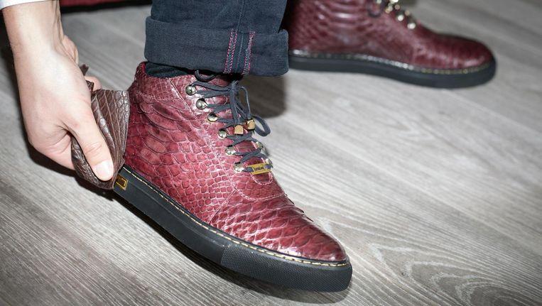 Een van de slangenleren sneakers van Karmaloog. Beeld Sanne Zurne