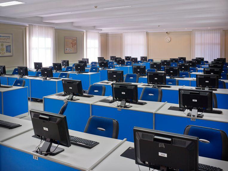 Computerschermen in lege zalen zijn onmisbaar in de iconografie van de Noord-Koreaanse economie. Beeld Eddo Hartmann