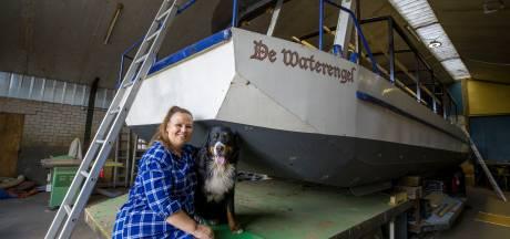 De Karin Bloemen van het Zuiden twee weken op een vlot over het kanaal, met hond Guus en een dixie