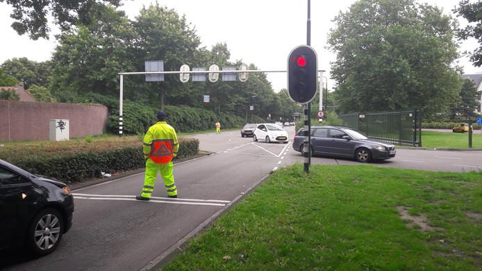 Verkeersregelaars bij het parkeerterrein van de Efteling.