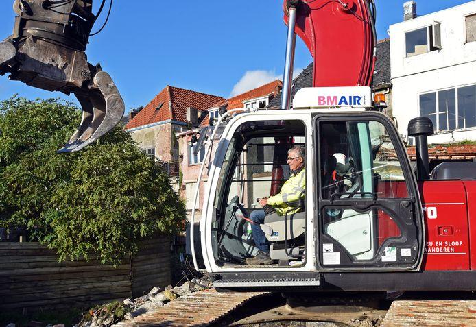Gelein Kaijser in z'n element bij sloopwerk aan de achterzijde van de Nieuwstraat-Zuid in Terneuzen.