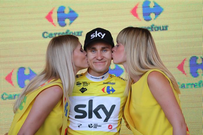 Michal Kwiatkowski laat zich kussen.