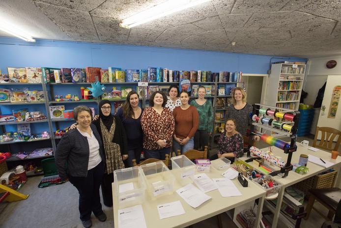 Vrijwilligers van de stichting Speel je Mee in Helmond. Uiterst rechts: voorzitter Monique van Pol