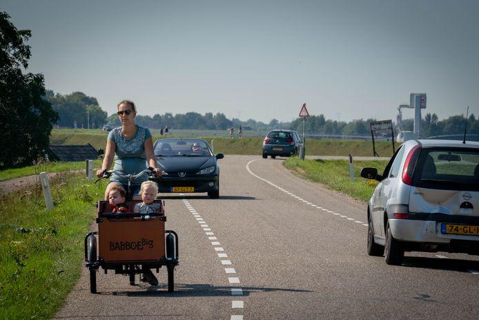 GroenLinks wil doorgaand autoverkeer op de dijken en drukke fietsroute's verminderen met maatregelen of afsluitingen. Zeker als de coalitie in Overbetuwe de belofte om meer op snelheid te handhaven niet na kan komen.