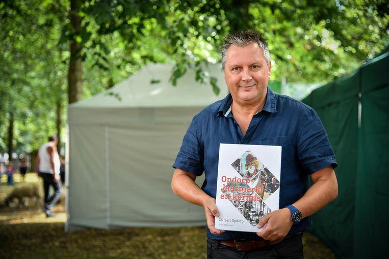 Geert Mannaert met zijn boek 'Opdorp Jaarmarkt en Kermis - Zo leeft Opdorp'.