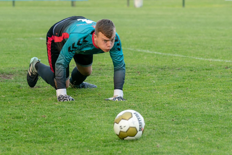 Doelman Pim Theijn van SML heeft de bal bijna te pakken.