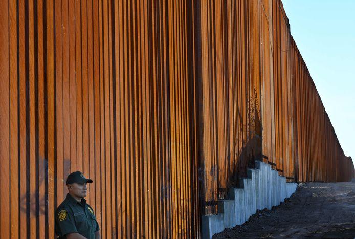 Het veiligheidshek op de Amerikaanse-Mexicaanse grens ter hoogte van Calexico (Californië).