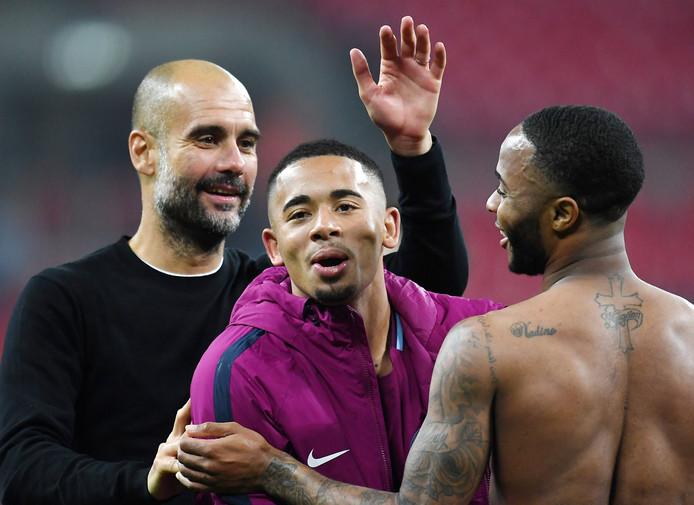 Trainer Guardiola (l), samen met Gabriel Jesus (m) en Raheem Sterling (r)