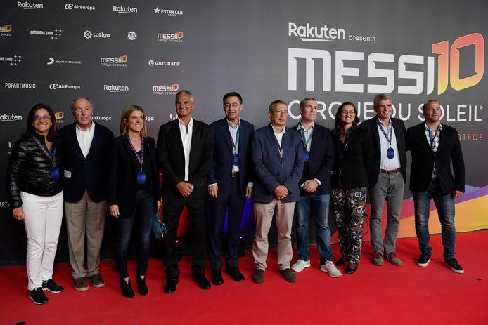 Voorzitter Josep Maria Bartomeu (vijfde van links) met een groep bestuursleden van FC Barcelona.