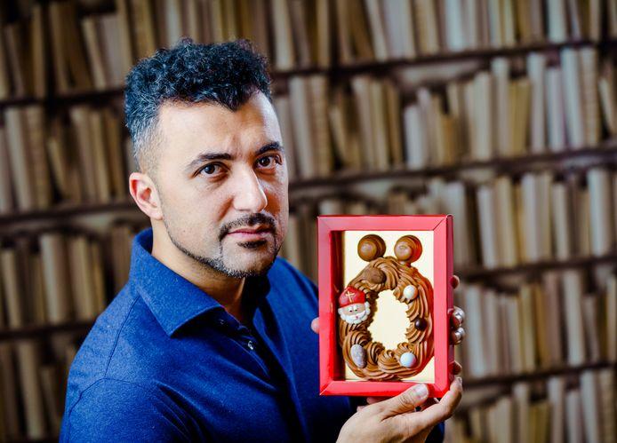 Columnist Özcan Akyol kreeg tal van Ö-chocoladeletters na zijn column.