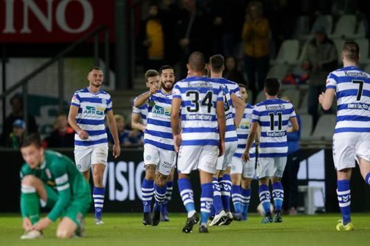 De spelers van De Graafschap vieren de 1-0.