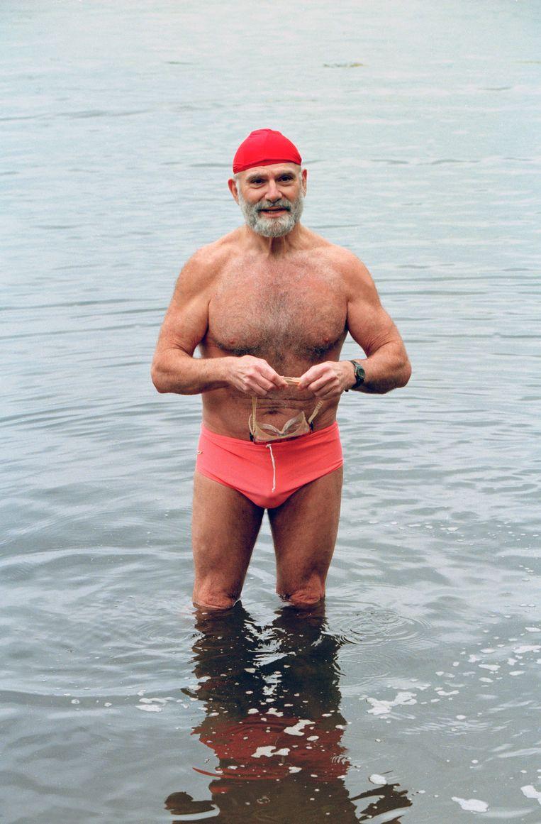 Dr. Oliver Sacks aan het zwemmen op Long Island, 1996 Beeld The New York Times Syndication