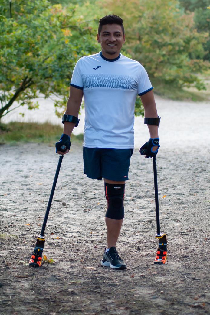 Milton Gembuel is de eerste ooit die aan de start verschijnt van een race met blade runner-krukken.