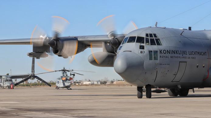 Oefening Desert Bull, 336 squadron Eindhoven. Hercules op platform.