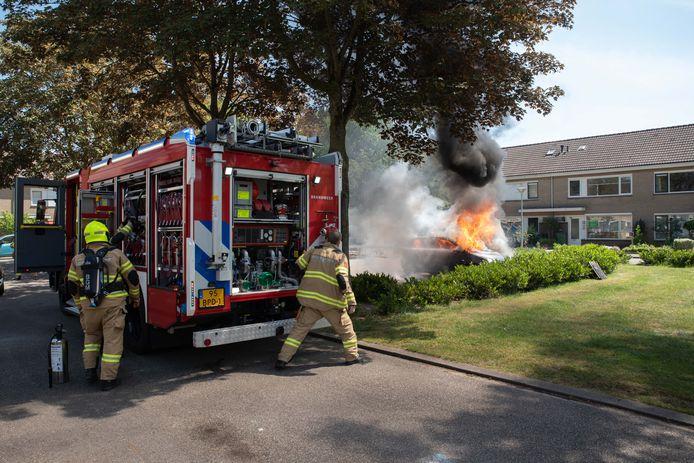 De brandweer blust een autobrand aan de Schepershof in Zevenaar.