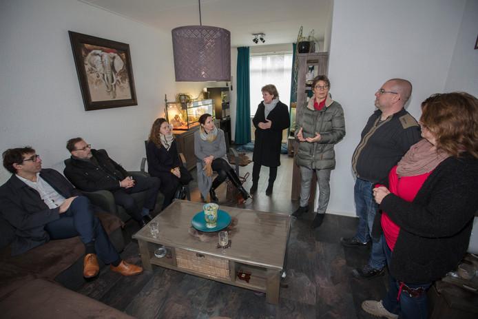 Richard en Natascha Haast (rechts) vertellen de bezoekers over de renovatie van hun woning aan de Tournooistraat in 't Haagje.