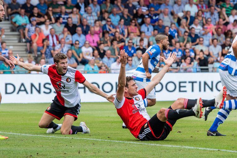 Jan-Arie van der Heijden en Eric Botteghin vragen om een penalty voor Feyenoord. Beeld ANP Pro Shots
