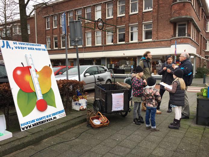 Mirella van der Heide (midden) praat met bewoners van de Vruchtenbuurt over de noodzaak om woningen te verduurzamen.
