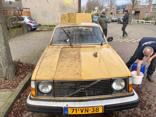 De Volvo 244 DL kreeg vorige week zaterdag nog een poetsbeurt.