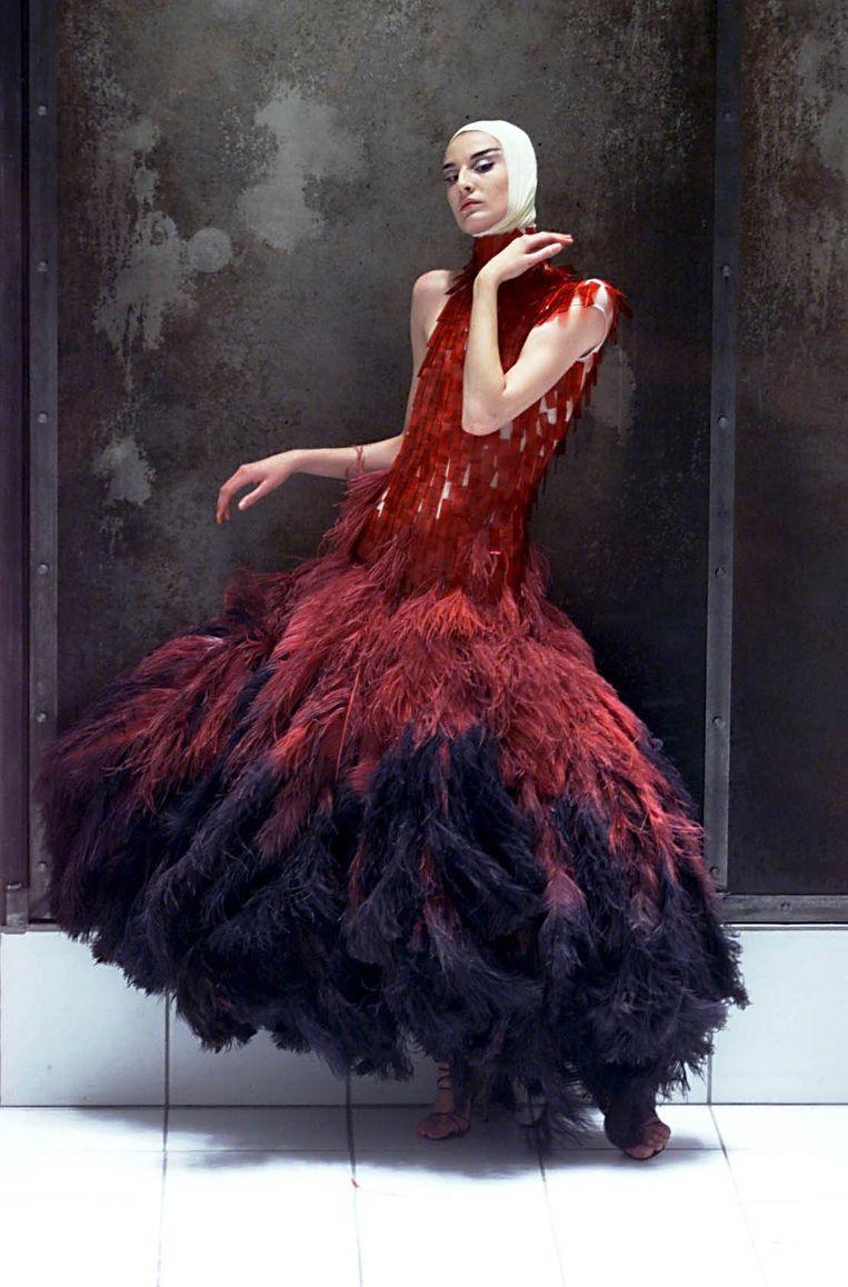 Erin O'Connor in een jurk van struisvogelveren uit de collectie 'Voss', zomer 2000. Beeld null