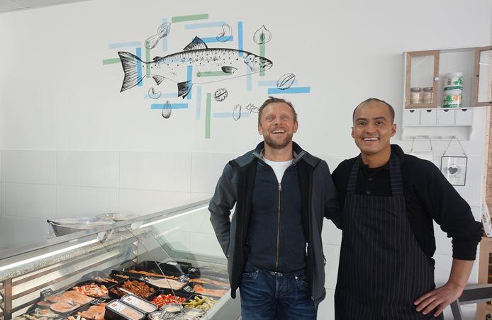 Hassan Meftah rechts samen met de eigenaar van de winkelruimte.
