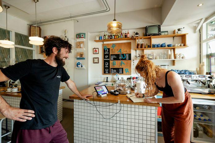 Een klant laat haar gegevens achter bij een koffiezaak in Utrecht