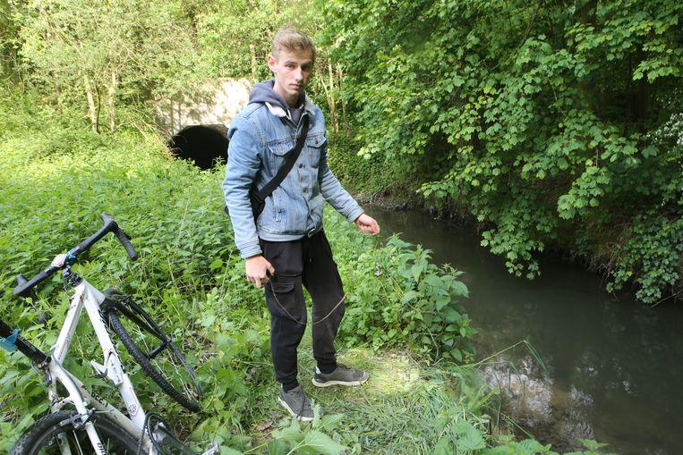 Magneetvisser Bremt Vanermen op de plaats waar hij de obus aantrof.