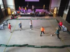 Kinderen konden vandaag voetballen in een oude kerkzaal in Bunschoten