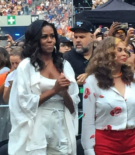 Michelle Obama gaat helemaal los tijdens concert Beyoncé in Parijs