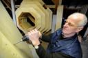 Gerard van der Kaa werkt aan een zwaluwtil.