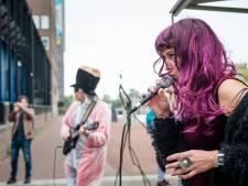Witte pakken, paarse pruiken, groene lippenstift en opzwepende geluiden in heftige show  bij Torentje in Almelo