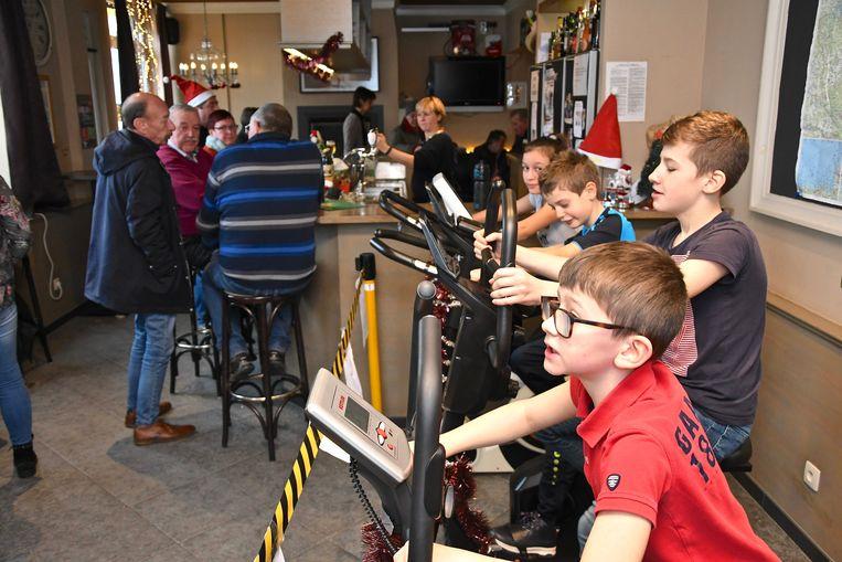 Café Cross in 't Hoekske in Geluveld - rechts de fietsende kinderen terwijl de gewone cafégangers van hun pintje genieten aan de toog