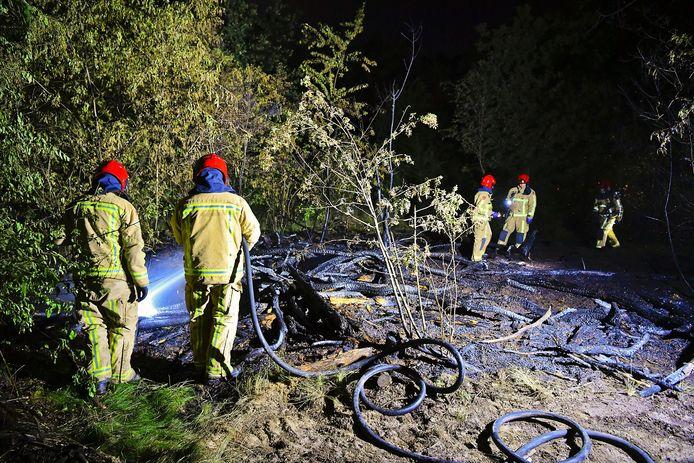 Brandweer blust bosbrand in Riethoven.