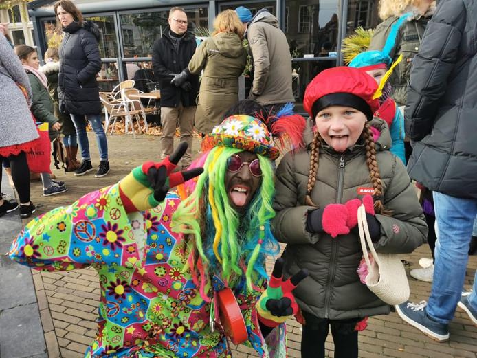 Even een gekke-bekken-foto! Hippie Piet ging graag met de kinderen op de foto in Gorinchem.