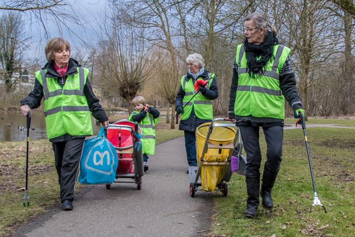 Zwerfafvalpakkers op pad langs de Voorste Stroom: coördinator Jeanne de Beer, haar kleinzoon Xander, Ria Vissers en Jozé van Eijndhoven.