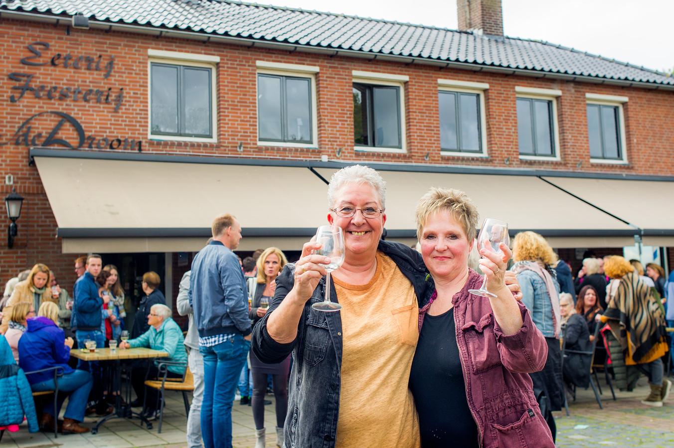 Openingsfeest Cafe De Droom in Langeweg. Trotse eigenaressen Marleen Nuijten (links) en Nancy van Nunen.